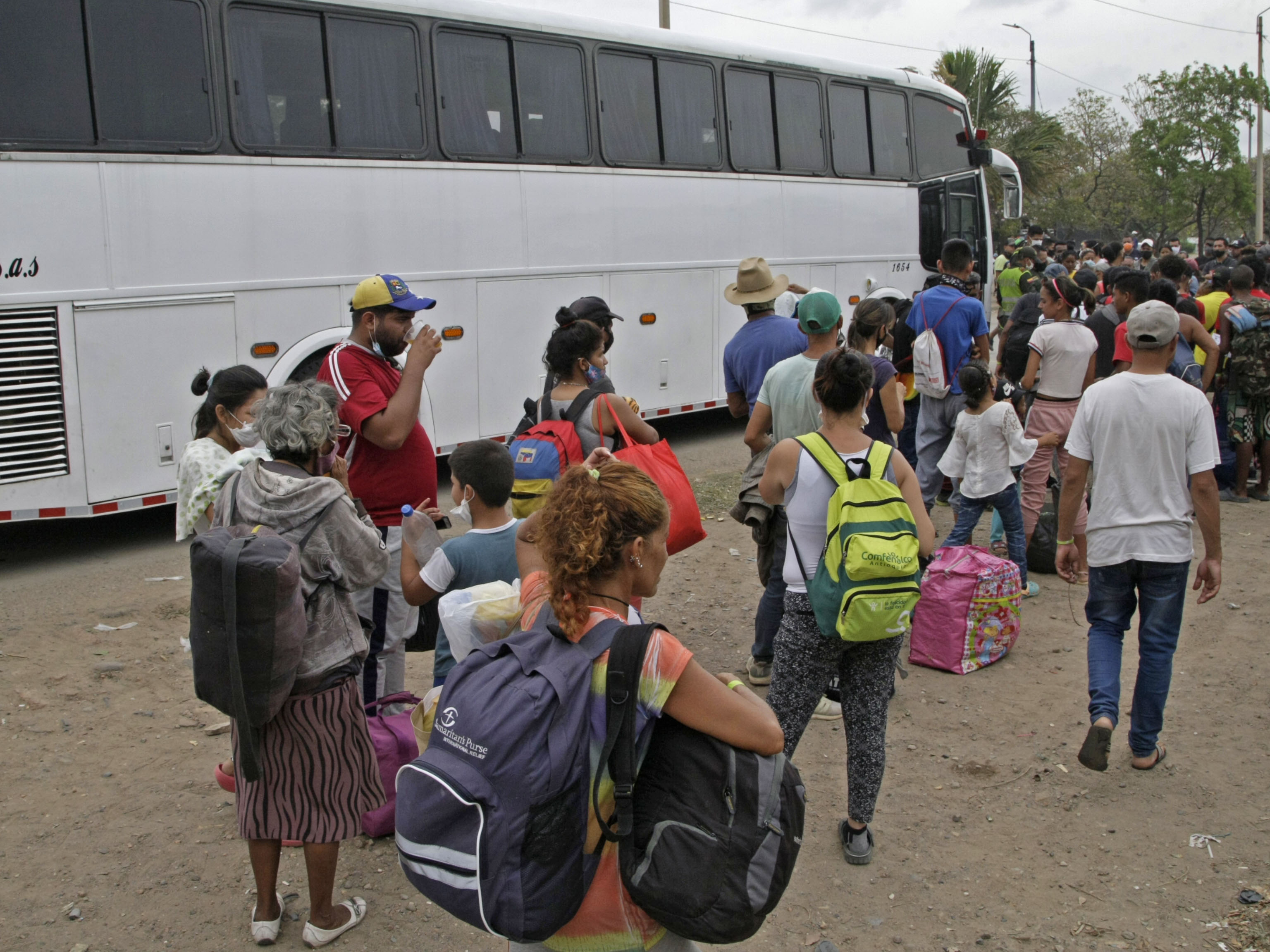 Los venezolanos son trasladados en buses hasta tienditas