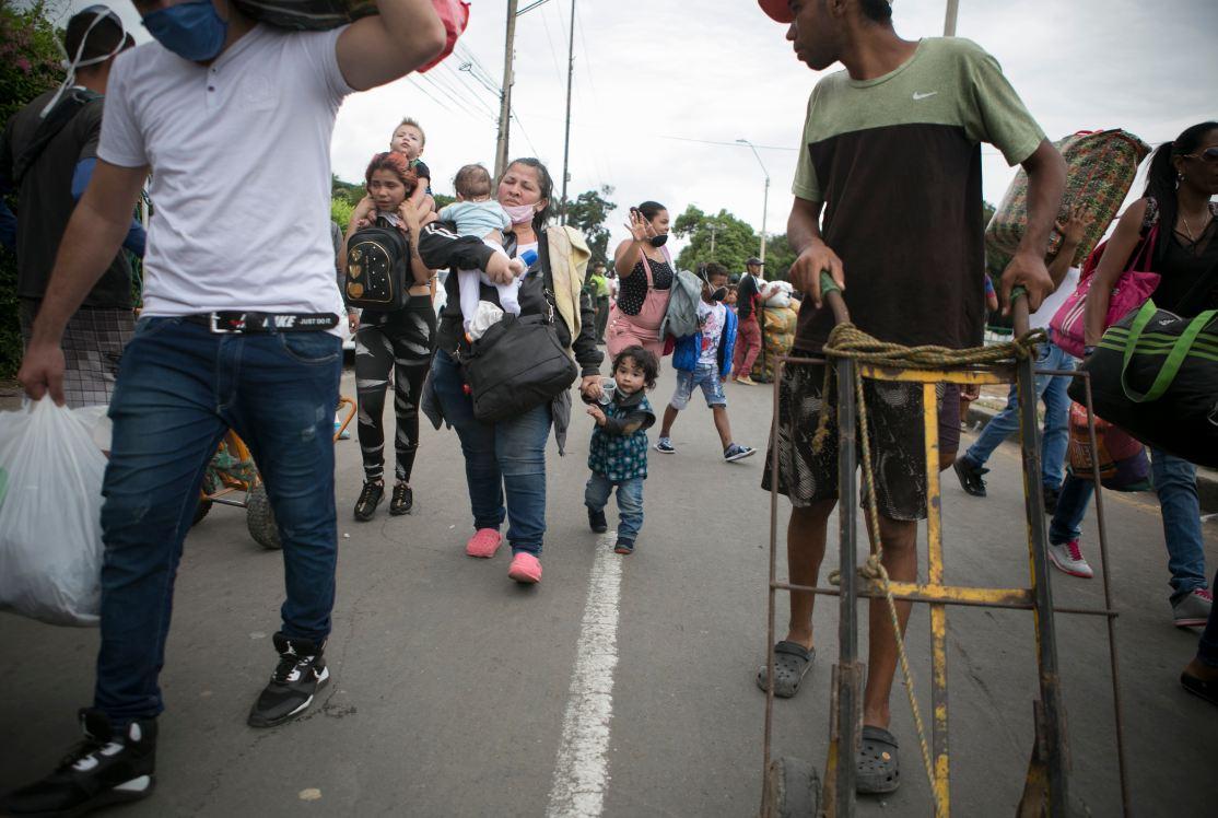 Venezolanos esperan la reapertura de la frontera