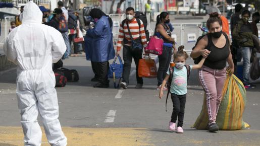 Migrantes pasan diariamente por la frontera